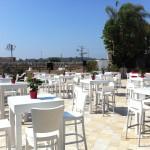 כסאות ושולחנות לאירועים במקומות פתוחים
